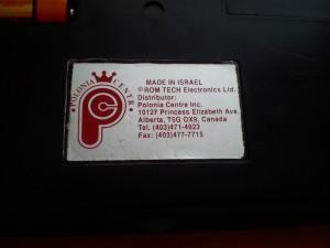 Naklejka na spodzie urządzenia. Hm, to wygląda na to, że był to prezent od rodziny z Kanady.