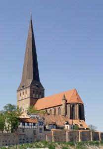 640px-Petrikirche_mit_Stadtmauer-3