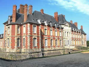 Château de Baville. Ten niewielki, ale efektowny zamek pełnił role internatu Les Valgranges.